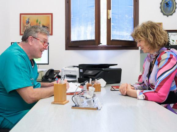 Dott. Claudio Banzi con cliente   Studio Dentistico Banzi a Pieve di Cento (BO)