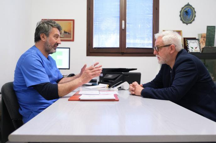 Dott. Vittorio Biancospino con cliente | Studio Dentistico Banzi a Pieve di Cento (BO)